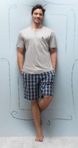 футболка и клетчатые шорты фото