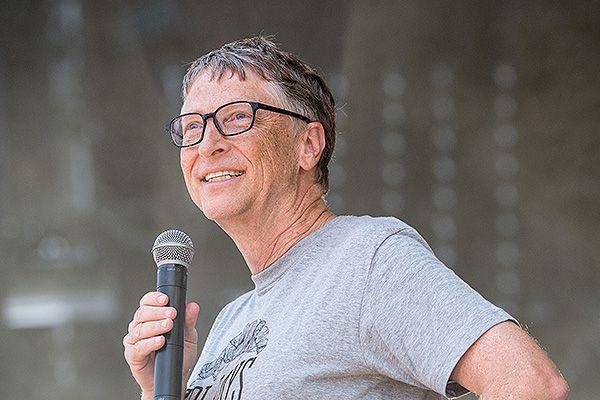фото билл гейтс основатель майкрософт в футболке с микрофоном