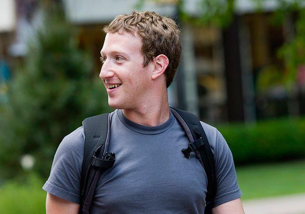 марк цукерберг основатель Facebook в футболке с рюкзаком фото