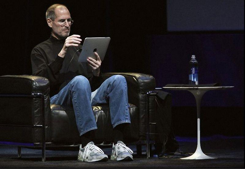 фото стив джобс основатель apple в водолазке джинсах кроссовках с айпадом